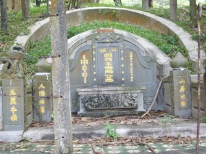 """This ancient grave is found on """"China Hill"""" in Melaka"""